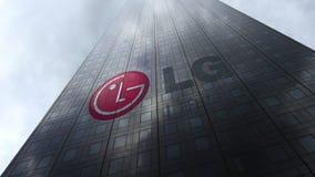 LG-Bedrijfsembleem op een wolkenkrabbervoorgevel die op wolken wijzen Het redactie 3D teruggeven Stock Foto's