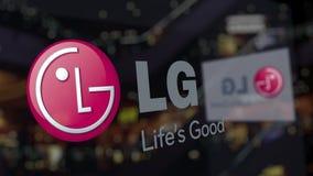 LG-Bedrijfsembleem op het glas tegen vaag commercieel centrum Het redactie 3D teruggeven stock footage