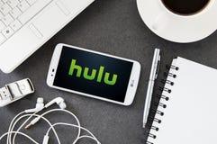 LG K10 con l'applicazione di Hulu che mette su scrittorio Fotografia Stock Libera da Diritti