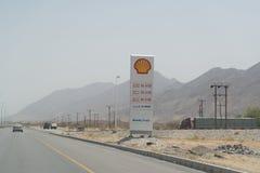 Låga bensinpriser på pumpen Arkivfoto