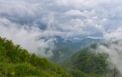 Låga moln på bergöverkanten, väg till Podgorica, Montenegro Arkivfoto