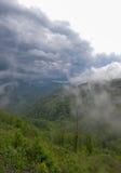 Låga moln på bergöverkanten, väg till Podgorica, Montenegro Royaltyfri Foto