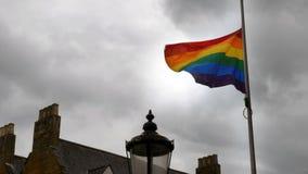LGBT彩虹自豪感沙文主义情绪在多云英国天空背景的风在北安普顿英国 免版税库存照片