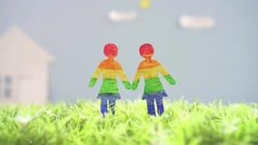 LGBT概念想法,绿草的两个女同性恋的女孩 股票视频