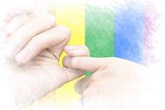 LGBT自豪感天概念 关闭钩每ot的夫妇的手 免版税库存图片