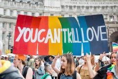LGBT-bögen Pride Parade Women With Banner 'kan du inte döda förälskelse', Royaltyfri Foto