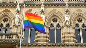 LGBT-flagga över Northampton Guildhallbyggnad på Pride Festival Weekend i UK arkivbild