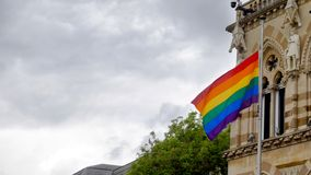 LGBT-flagga över Northampton Guildhallbyggnad på Pride Festival Weekend i UK royaltyfria bilder