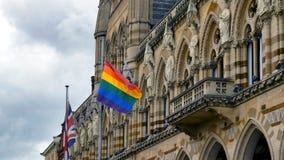 LGBT-flagga över Northampton Guildhallbyggnad på Pride Festival Weekend i UK royaltyfri fotografi