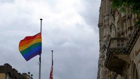 LGBT-flagga över Northampton Guildhallbyggnad på Pride Festival Weekend i UK arkivfoto