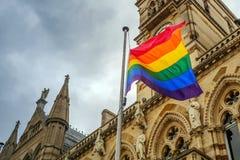 LGBT-Flagge über Northampton-Rathausgebäude auf Pride Festival Weekend in Großbritannien lizenzfreie stockfotografie