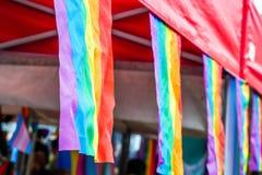 LGBT-flaggor på stannar av Pride Festival Weekend förälskad Northampton marknadsfyrkant royaltyfri fotografi