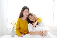 LGBT, het Jonge leuke Aziatische gelukkige ogenblik van het vrouwen lesbische paar, homose Royalty-vrije Stock Foto