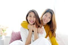 LGBT, het Jonge leuke Aziatische gelukkige ogenblik van het vrouwen lesbische paar, homose Stock Afbeelding
