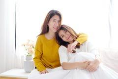 LGBT, het Jonge leuke Aziatische gelukkige ogenblik van het vrouwen lesbische paar, homose Stock Afbeeldingen