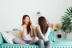 LGBT lesbian kobiet pary momentów szczęście Lesbijskie kobiety dobierają się wpólnie indoors pojęcie Zdjęcie Royalty Free