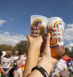 LGBT-par som rymmer drinkar royaltyfri fotografi
