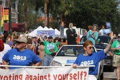 LGBT para Obama en el desfile de la calle del orgullo del St. Pete Imagen de archivo