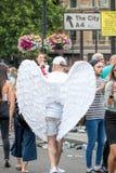 LGBT Pride Parade alegre, ângulo vestindo do homem voa o traje imagem de stock
