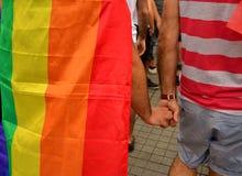 LGBT PRIDE Parade går handen - in - handen Arkivbilder