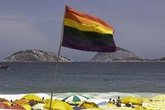 LGBTQ-flagga över den Ipanema stranden i Rio de Janeiro arkivfoton