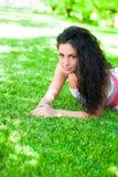 Lügen auf dem Gras Stockbild