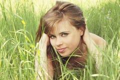 Lügen auf Gras Lizenzfreie Stockfotos