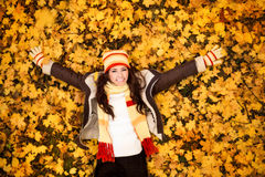 Lügenc$stillstehen der Herbstfrau auf Blättern Lizenzfreies Stockfoto