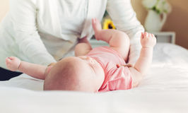 Lügenfür interessiert werden des neugeborenen Babys Lizenzfreie Stockfotografie
