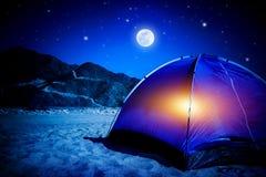 Läger på natten Arkivfoto