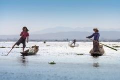 Lägga benen på ryggen roddfiskare - Inle laken - Myanmar Royaltyfria Foton