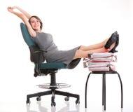 Att koppla av för kvinnaarbetsnedläggelseaffärskvinna lägger benen på ryggen upp överflöd av doc Royaltyfri Bild