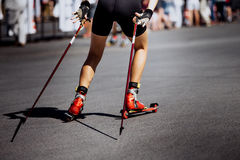 Lägger benen på ryggen ung flickaidrottsman nen i skida-rulle Arkivbild