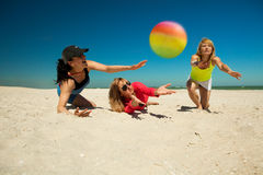 Lgirls de Joyfu que jogam o voleibol Foto de Stock Royalty Free