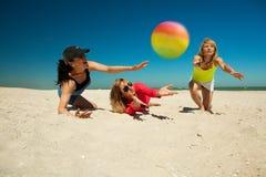 Lgirls de Joyfu que juegan a voleibol Foto de archivo libre de regalías