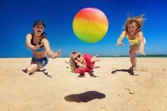 lgirls joyfu играя волейбол Стоковое фото RF
