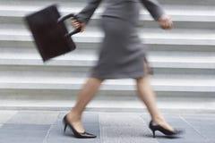 Lågt avsnitt AV affärskvinnan Walking Arkivbilder