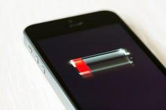 Lågt batteri på den Apple iPhonen 5S Arkivfoto