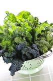 Légumes feuillus vert-foncé dans la passoire Photos stock