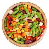 Légumes mélangés dans la cuvette en bois d'isolement Photo libre de droits