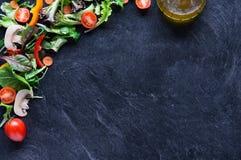 Légumes mélangés sur le tableau noir Photographie stock libre de droits