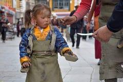 LHASA, ΑΥΤΌΝΟΜΗ ΠΕΡΙΟΧΉ ΤΟΥ ΘΙΒΈΤ, ΚΊΝΑ - ΤΟ ΜΆΙΟ ΤΟΥ 2018 CIRCA: Μητέρα και η κόρη της στο προσκύνημά τους σε Lhasa Στοκ εικόνα με δικαίωμα ελεύθερης χρήσης