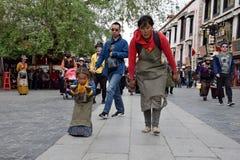 LHASA, ΑΥΤΌΝΟΜΗ ΠΕΡΙΟΧΉ ΤΟΥ ΘΙΒΈΤ, ΚΊΝΑ - ΤΟ ΜΆΙΟ ΤΟΥ 2018 CIRCA: Μητέρα και η κόρη της στο προσκύνημά τους σε Lhasa Στοκ Εικόνα