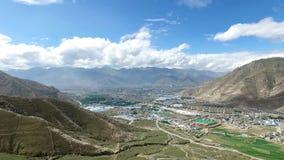 Lhasa en het Potala-Paleis in de afstand stock videobeelden