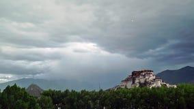 Lhasa en het Potala-Paleis onder onweer stock videobeelden