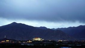 Lhasa en het Potala-Paleis van dag aan nacht stock videobeelden