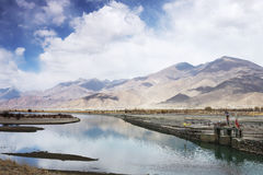 Lhasa River au Thibet, Chine Photographie stock libre de droits