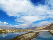 Lhasa River i Tibet Arkivbild