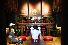 Lhong 1919, matka towarzyszy jej dzieciaka ono modlić się Obraz Stock