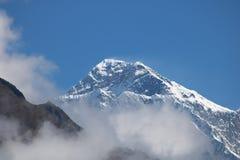 Lhotse är det fjärde högsta berget i världen på 8.516 metrar i Nepal royaltyfri bild